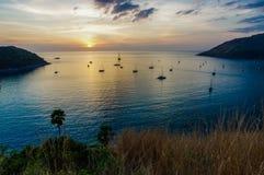 PHUKET, THAILAND - Naiharn-baai met yatchboot bij windmolengezichtspunt bij zonsondergang, Phuket-Provincie Thailand Stock Afbeeldingen