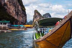 PHUKET THAILAND, NOVEMBER 11: Det långa fartyget och vaggar, Thailand, den Phuket ön på November 11, 2014 Arkivbilder