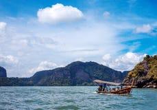 PHUKET THAILAND, NOVEMBER 11: Det långa fartyget och vaggar, Thailand, den Phuket ön på November 11, 2014 Arkivfoto