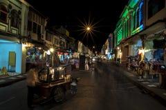 PHUKET THAILAND - NOVEMBER, 01 2015: Folk som är rörande på det gammalt Royaltyfri Foto