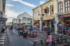 PHUKET THAILAND NOVEMBER 01, 2015: Turister shoppar på den gamla släpet Royaltyfri Foto