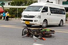 PHUKET, THAILAND - 3. NOVEMBER: Van accident auf der Straße und dem cra Lizenzfreie Stockbilder