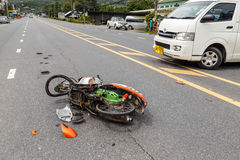 PHUKET, THAILAND - NOVEMBER 3: Van accident op de weg en cra stock afbeelding