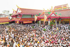 Phuket, Thailand - 12 Oct, 2015: Phuket vegetarisch festival, ceremonie het opheffen van bamboepool Royalty-vrije Stock Fotografie