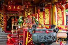 PHUKET, THAILAND - OKTOBER 8, 2018: Altaar in Chinees heiligdom J stock foto
