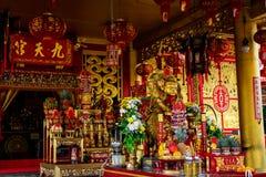 PHUKET, THAILAND - OKTOBER 8, 2018: Altaar in Chinees heiligdom J stock fotografie