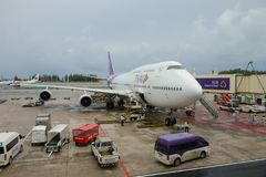 Phuket, Thailand - 14. Oktober 2017: Ausrichtung Thai Airways -Boeing 747-400 HS-TGB Grundmannschaft bereitet sich für den folgen Lizenzfreies Stockbild