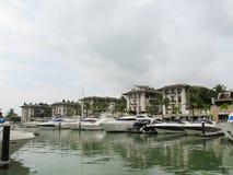 PHUKET, THAILAND - 15 Oktober 2012: Het jacht en de motorboot van de havenligplaats in phuket stock foto's