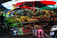 PHUKET THAILAND - OKTOBER 8, 2018: Lokal ny marknad i phuke royaltyfri bild