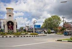 PHUKET, THAILAND-SEPT 3ro: Emters de un autobús urbano el ro de la torre de reloj Fotografía de archivo
