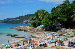 Phuket, Thaïlande : Crique rocheuse à la plage de Patong Photos libres de droits
