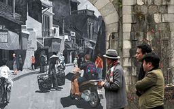 Phung hängde vägg- gatasärdrag gamla Hanoi royaltyfri bild