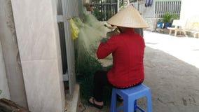 Phuoc Hiep, Wietnam - 04 29 2019: Kobiety są dziewiarskimi sieciami rybackimi obraz royalty free