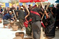 Phutai kobiety ubijanie mniejszościowi ryż fotografia royalty free