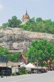 Phutthachai Saraburi, de tempel van Watphra op de bovenkant van de berg stock afbeeldingen