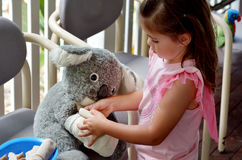 Игра маленькой девочки претендует быть животным доктором - ветеринарным physic Стоковые Фото