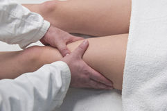 Physical therapist, massages Royalty Free Stock Photos