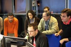 Physiker vor Bildschirm lizenzfreie stockfotos