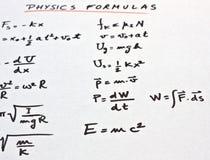 Physikformeln geschrieben auf ein Weißbuch Lizenzfreie Stockbilder