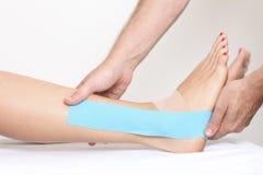 Physio taśma na nodze Zdjęcie Stock