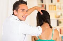 Physio- thérapeute masculin avec se reposer de cliente de femme vu par derrière, patient de aide appliquant la pression massant l Photos libres de droits