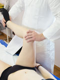 Physiokinesitherapy technika stosował kolano kobieta Obraz Royalty Free