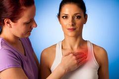 Physiologischer Therapeut helfende Frau, welche die Schmerz in ihrer zurück- Rückseite herein hat Lizenzfreies Stockfoto
