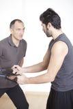 Physiothérapeute aidant avec l'exercice photographie stock