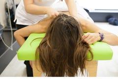 Physiothérapeute appliquant le massage photos stock