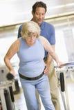 Physiothérapeute avec le patient dans la réadaptation Photographie stock