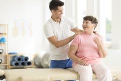 Physiothérapeute avec un aîné Image libre de droits