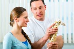 Conseil - patient à la physiothérapie Images libres de droits