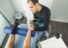 Physiothérapeute donnant la thérapie de pied à un patient dans la clinique Concept avancé de physiothérapie images libres de droits