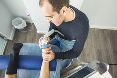 Physiothérapeute donnant la thérapie de pied à un patient dans la clinique Concept avancé de physiothérapie images stock