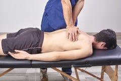 Physiothérapeute donnant un massage arrière Chiropractie, ostéopathie, thérapie manuelle, acupressure photographie stock libre de droits