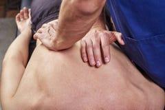 Physiothérapeute donnant un massage arrière Chiropractie, ostéopathie, thérapie manuelle, acupressure photographie stock