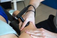 Physiothérapeute faisant la thérapie de Tecar (transporteur de radiofréquence Image libre de droits