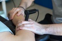 Physiothérapeute faisant la thérapie de Tecar (transporteur de radiofréquence Photographie stock