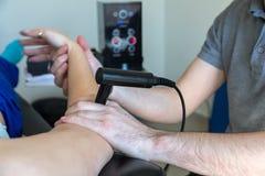 Physiothérapeute faisant la thérapie de Tecar (transporteur de radiofréquence Images stock