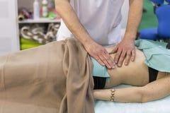 Physiothérapeute faisant le massage d'épaule au patient dans un bureau médical Masseur professionnel faisant le massage du dos de photos libres de droits