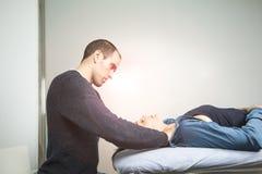 Physiothérapeute massant le visage d'une jeune femme Physiothérapie et relaxation de concept photos stock