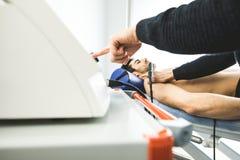 Physiothérapeute soignant un patient avec une machine d'ultrason Physiothérapie et réadaptation photographie stock