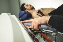 Physiothérapeute soignant un patient avec une machine d'ultrason Physiothérapie et réadaptation photo libre de droits