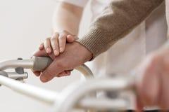 Physiothérapeute soutenant l'homme handicapé Photographie stock
