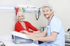 Physiothérapeute Using Electromagnetic Machine Photographie stock libre de droits