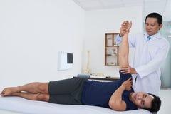 Physiothérapeute vérifiant le bras Photographie stock