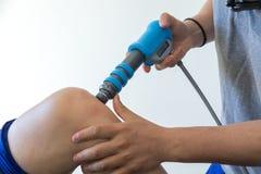 Physiothérapie du genou et le pied avec l'onde choc Photo libre de droits
