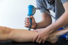 Physiothérapie du genou et le pied avec l'onde choc photos libres de droits