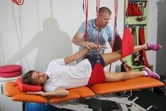 Physiothérapie : Exercez-vous sous la surveillance du physiothérapeute Treatment de la douleur dans l'épine W image libre de droits