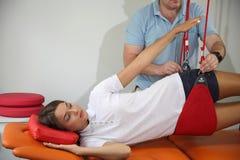 Physiothérapie : Exercez-vous sous la surveillance du physiothérapeute Treatment de la douleur dans l'épine W photographie stock libre de droits